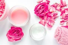 Grupo com creme cor-de-rosa, opinião superior dos termas do cuidado do prego do fundo branco de toalha Imagem de Stock Royalty Free