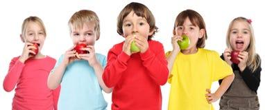 Grupo comendo saudável de fruto da maçã das crianças das crianças isolado no branco foto de stock royalty free