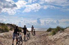 Grupo con la bicicleta Fotografía de archivo libre de regalías