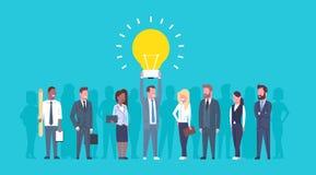 Grupo creativo del concepto de la idea de la bombilla de Team Of Business People Holding nuevo de empresarios acertados de lanzam ilustración del vector