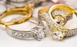 Grupo da aliança de casamento de diamante do acoplamento no fundo branco, diamante, anéis dourados imagens de stock