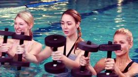 Grupo da aptidão que faz a ginástica aeróbica do aqua video estoque