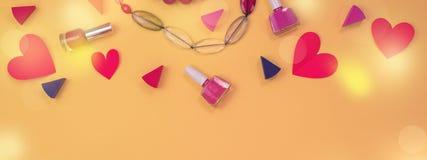 Grupo da bandeira de coração vermelho da joia dos acessórios das mulheres dos cosméticos no conceito amarelo do fundo do dia de V imagem de stock
