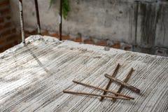 Grupo da barra de aço da sucata no assoalho concreto imagem de stock royalty free