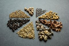 Grupo da coleção de cereais e de montões das sementes no círculo: ruibarbo, alface, beterrabas, espinafres, cebola, aneto, me imagens de stock royalty free