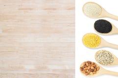 Grupo da coleção de feijões e de sésamo nas colheres de madeira isoladas no branco Imagens de Stock Royalty Free