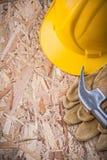 Grupo da construção c das luvas de couro do capacete da construção do martelo de garra Imagem de Stock Royalty Free
