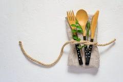 Grupo da cutelaria e do guardanapo de bambu em um fundo branco naughty fotografia de stock