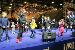 Grupo da dança de adolescentes com as crianças na fase Imagens de Stock Royalty Free