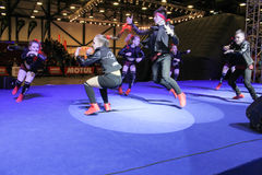 Grupo da dança de adolescentes na fase Fotografia de Stock Royalty Free