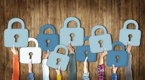 Grupo da diversidade de mãos que guardam o conceito dos símbolos do cadeado Imagem de Stock Royalty Free