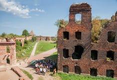 Grupo da excursão na fortaleza de Oreshek Imagens de Stock Royalty Free