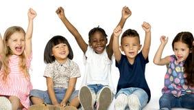 Grupo da felicidade de crianças bonitos e adoráveis imagem de stock royalty free