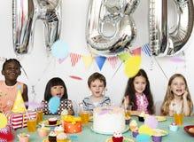 Grupo da felicidade de crianças bonitos e adoráveis que têm o pa do aniversário fotos de stock