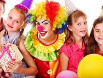 Grupo da festa de anos de adolescente com palhaço. Fotos de Stock Royalty Free