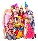 Grupo da festa de anos de criança com bolo. Fotos de Stock