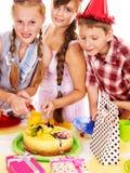 Grupo da festa de anos de criança com bolo. Imagem de Stock