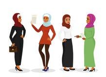 Grupo da ilustração do vetor de mulher árabe do negócio bonito na roupa muçulmana tradicional que fala e que sorri junto ilustração stock