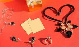 Grupo da joia do casamento e etiqueta amarela do lembrete Fotografia de Stock