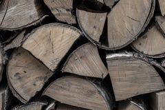 Grupo da lenha dos logs do vidoeiro uma fonte de calor um fogo do fogo um a pilha de fundo lascado de madeira uma base fotografia de stock