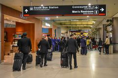 Grupo da linha aérea que anda no terminal H no aeroporto internacional de Miami fotografia de stock royalty free