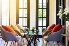 Grupo da mesa de centro e cadeiras modernas com descansos coloridos Fotos de Stock