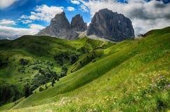 Grupo da montanha de Sassolungo & de Sassopiatto como visto de Passo Sella em uma tarde nebulosa, dolomites, Trentino, Alto Adige fotografia de stock