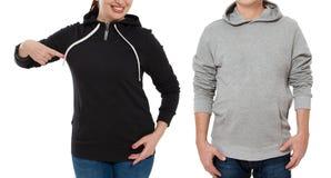 Grupo da mulher e do homem na opinião dianteira do swetshirt Apontar e mostra fêmeas na roupa do molde para o espaço da cópia e d foto de stock