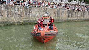 Grupo da segurança da guarda costeira no dever, fixando a segurança na água na competição de esportes vídeos de arquivo