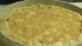 Grupo da torta da maçã e da banana de cozimento da mulher em casa filme