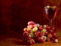 Grupo da uva vermelha e do vidro de vinho Fotos de Stock