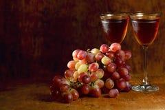 Grupo da uva vermelha e dos vidros de vinho Fotografia de Stock Royalty Free