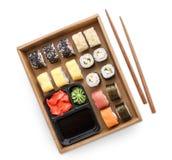 Grupo da vista superior de maki e de rolos do sushi com o chopstics, o arroz, a soja e o gengibre isolados Fotografia de Stock