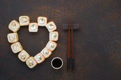 Grupo dado forma coração de rolos de sushi para o dia de Valentim imagem de stock