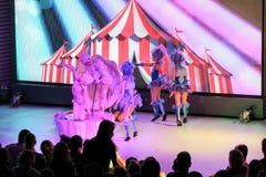 grupo Danza-acrobático de muchachas en etapa Fotografía de archivo libre de regalías