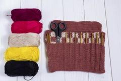 Grupo das agulhas de crochê de bambu, da etiqueta da cor e de fio colorido fotos de stock royalty free
