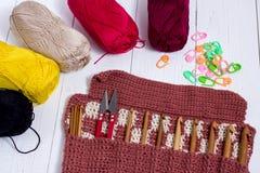 Grupo das agulhas de crochê de bambu, da etiqueta da cor e de fio colorido imagem de stock