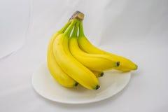 Grupo das bananas em uma placa Foto de Stock