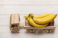 Grupo das bananas no caminhão isolado no fundo de madeira fotos de stock