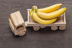 Grupo das bananas no caminhão isolado no fundo de madeira imagens de stock