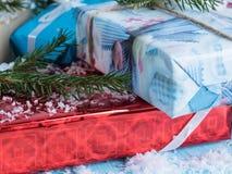 Grupo das caixas de presente em um fundo azul das árvores Foto de Stock Royalty Free