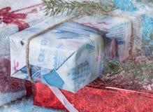 Grupo das caixas de presente em um fundo azul das árvores Fotos de Stock