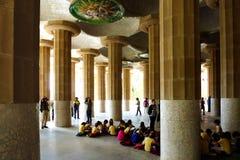 Grupo das crianças no Guell Prk em Barcelona na excursão da escola imagens de stock royalty free