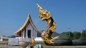 Grupo das estátuas do Naga sobre o fundo do céu azul Fotos de Stock