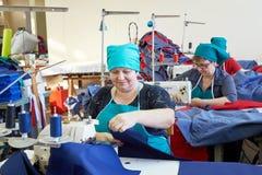 Grupo das mulheres adultas, costureiras na fábrica do vestuário Imagem de Stock