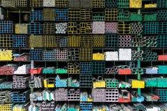 Grupo das tubulações de aço na cremalheira no armazém Fotos de Stock Royalty Free