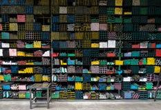 Grupo das tubulações de aço na cremalheira no armazém Fotografia de Stock