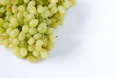 Grupo das uvas verdes no fundo branco, frutos do outono, um símbolo da abundância com espaço da cópia, vista superior, close-up Fotos de Stock Royalty Free
