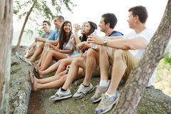 Grupo de água bebendo dos amigos em um hike fotografia de stock