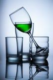 grupo de água do verde do whit do glasse no fundo azul Fotos de Stock